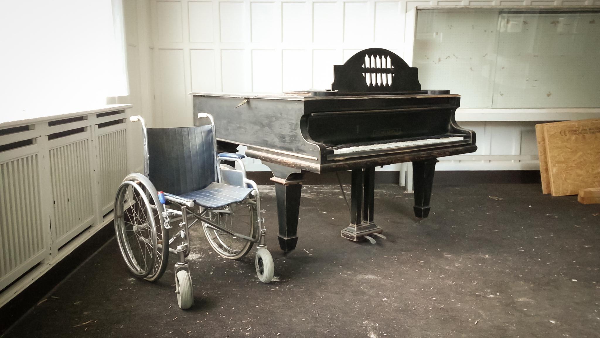 Rollstuhl mit Klavier Loges-Schule