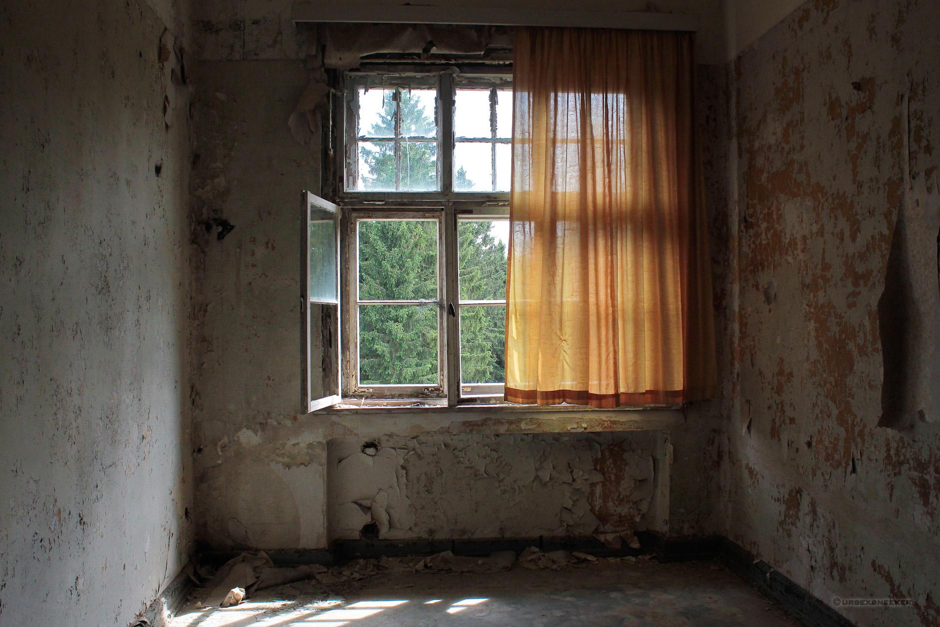 oranger Vorhang Johanniter-Heilstätte