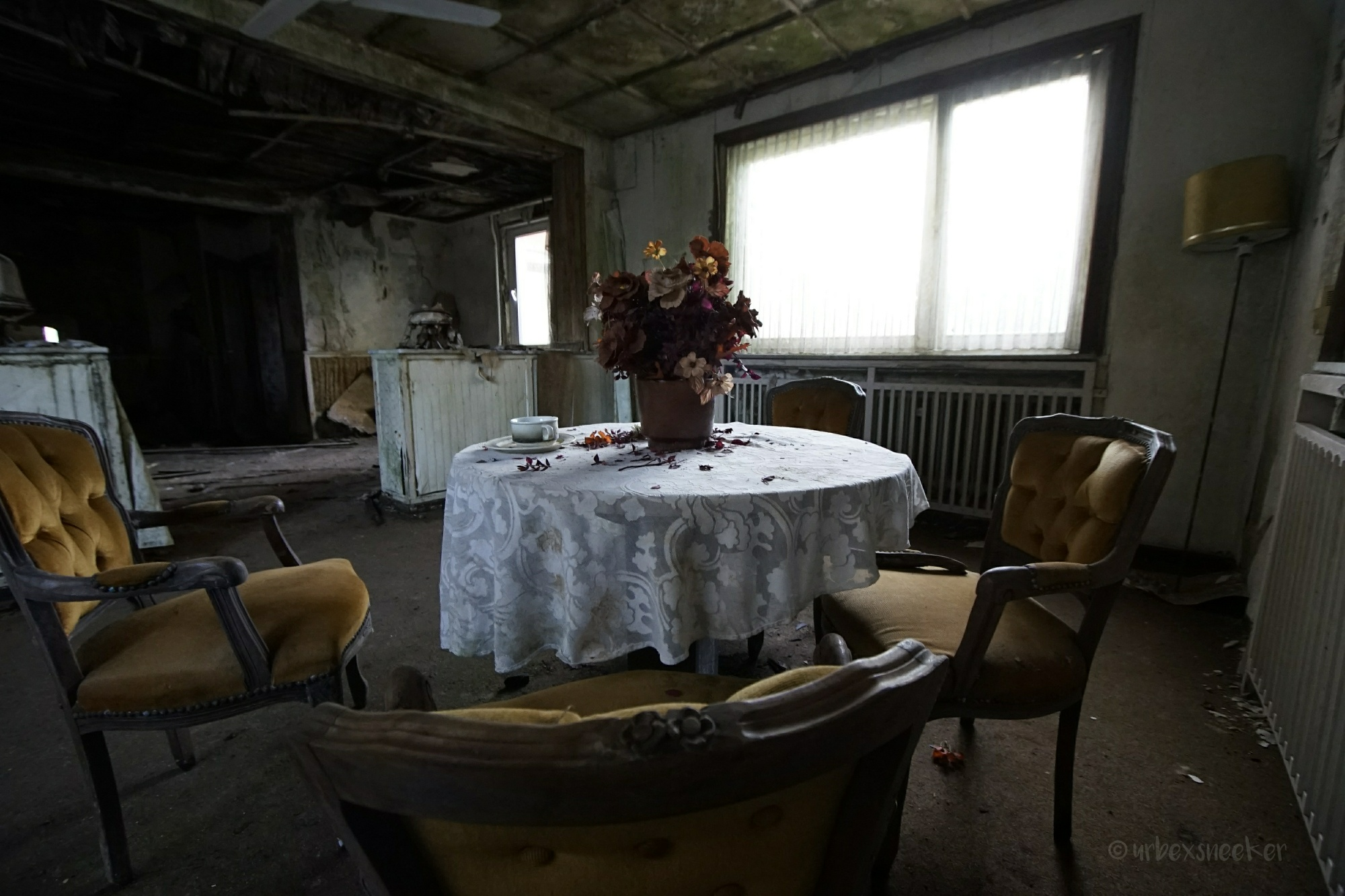 lost place hotel green moss tischgruppe