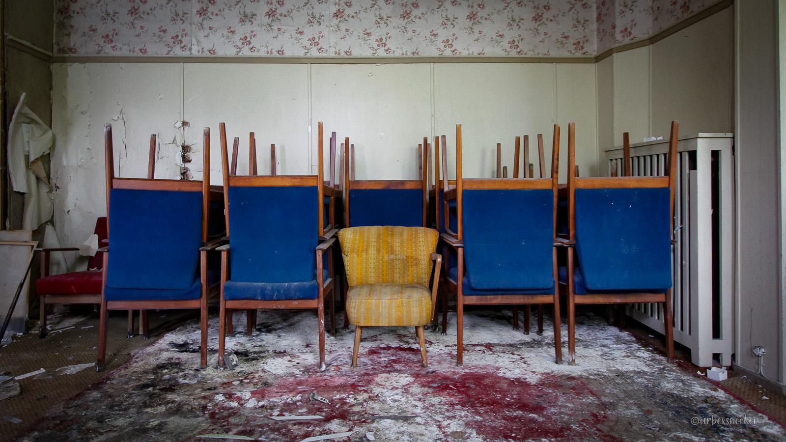 lost place hotel harz blaue stuhlgruppe