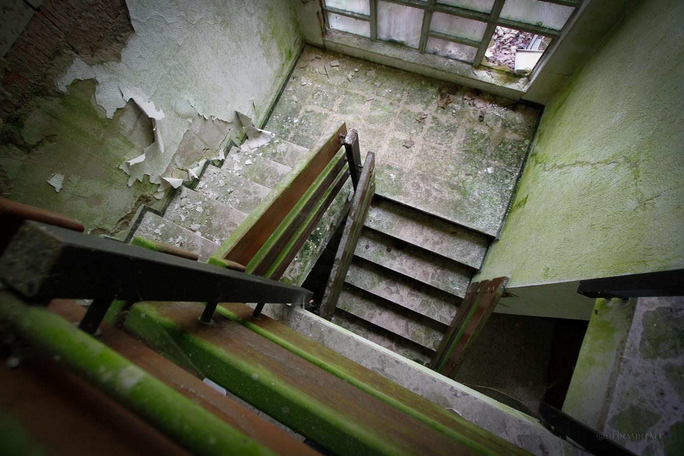 verlassenes Hotel Lampe Treppenhaus