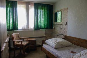 lost place hotel grüne gardinen