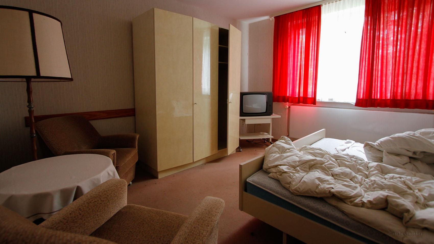 lost harz hotel rot-weißer raum