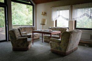 verlassenes Rehbock-Hotel Sitzgruppe
