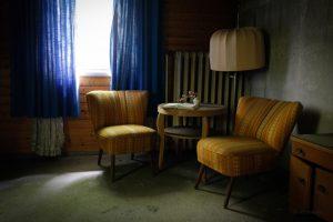verlassenes hotel lampe gelbe sessel