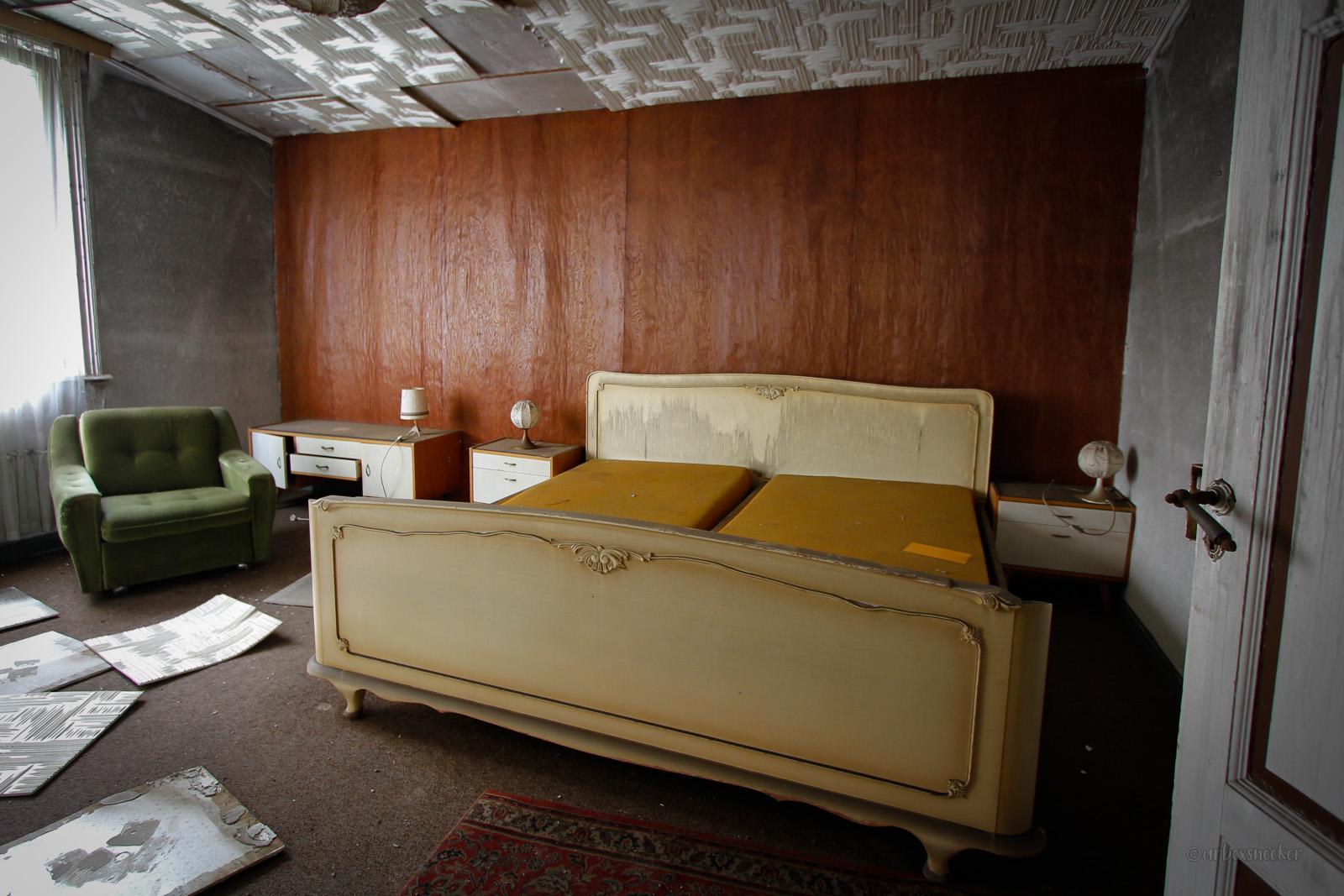 lost hotel lampe beiges doppelbett