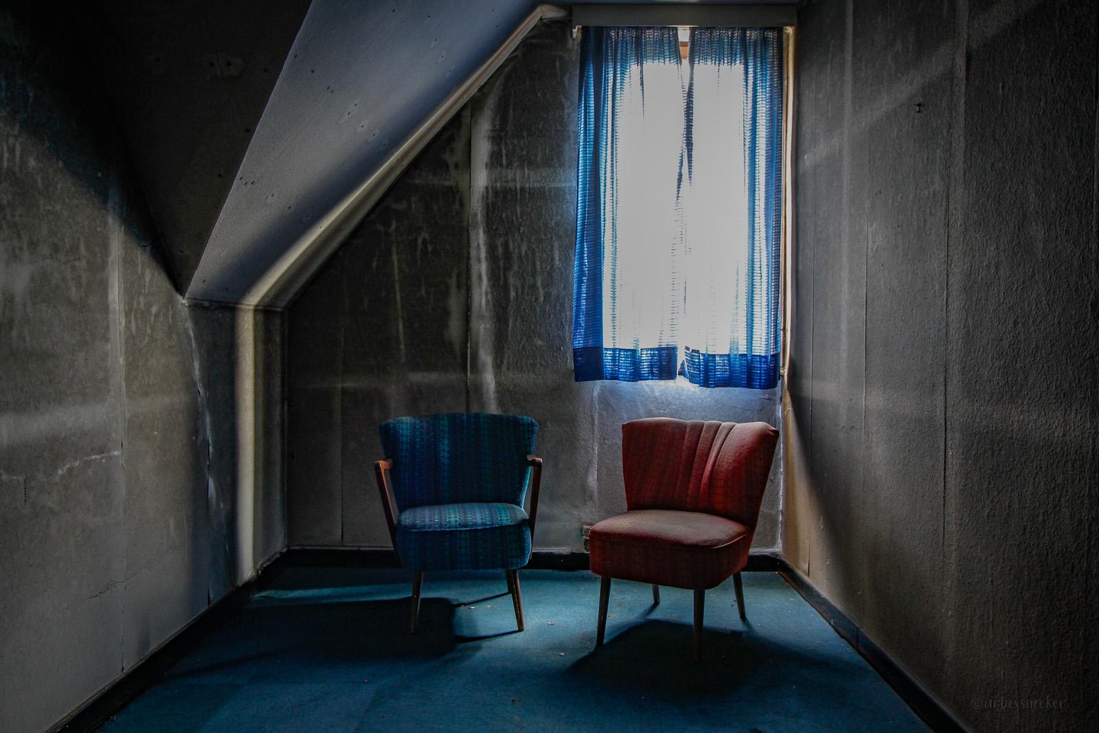 lost harz hotel lampe sessel rot-blau
