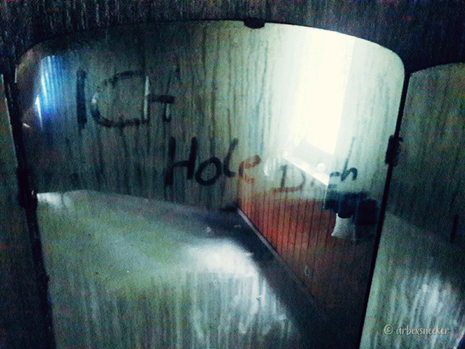 verlassenes Hotel Lampe Spiegelschrift