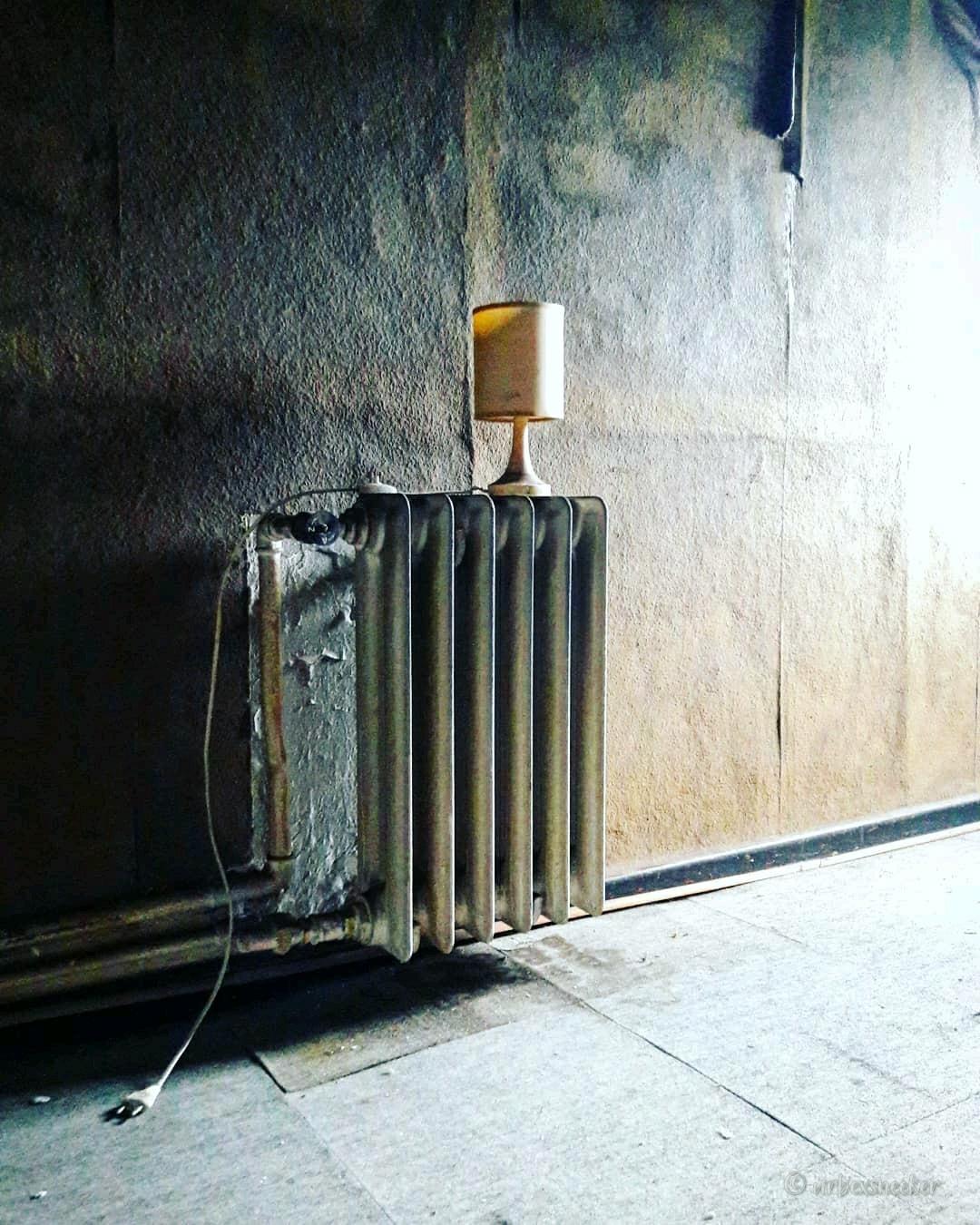 verlassenes Hotel Lampe auf Heizkörper
