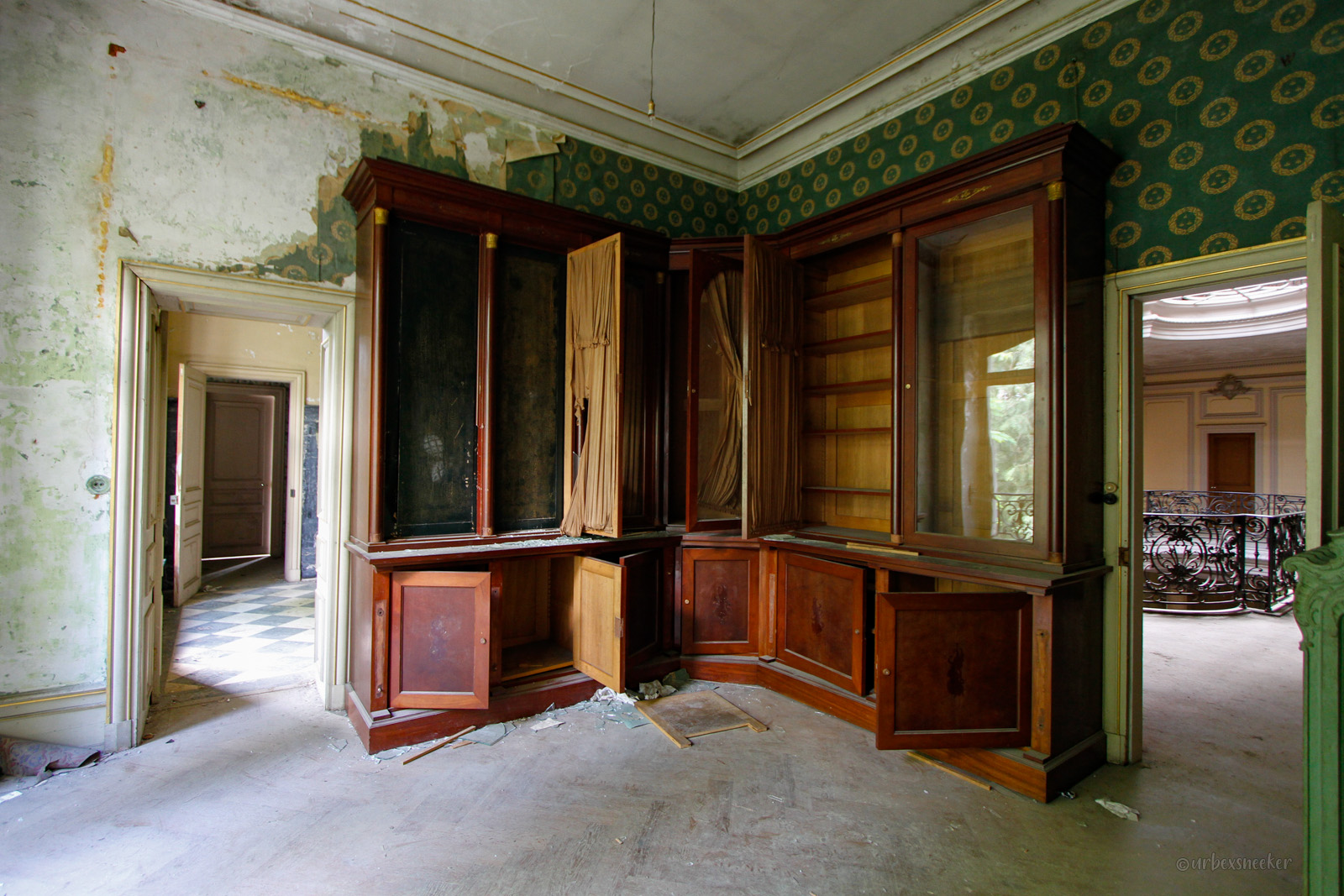 lost place Chateau-Lumiere Holzschrank