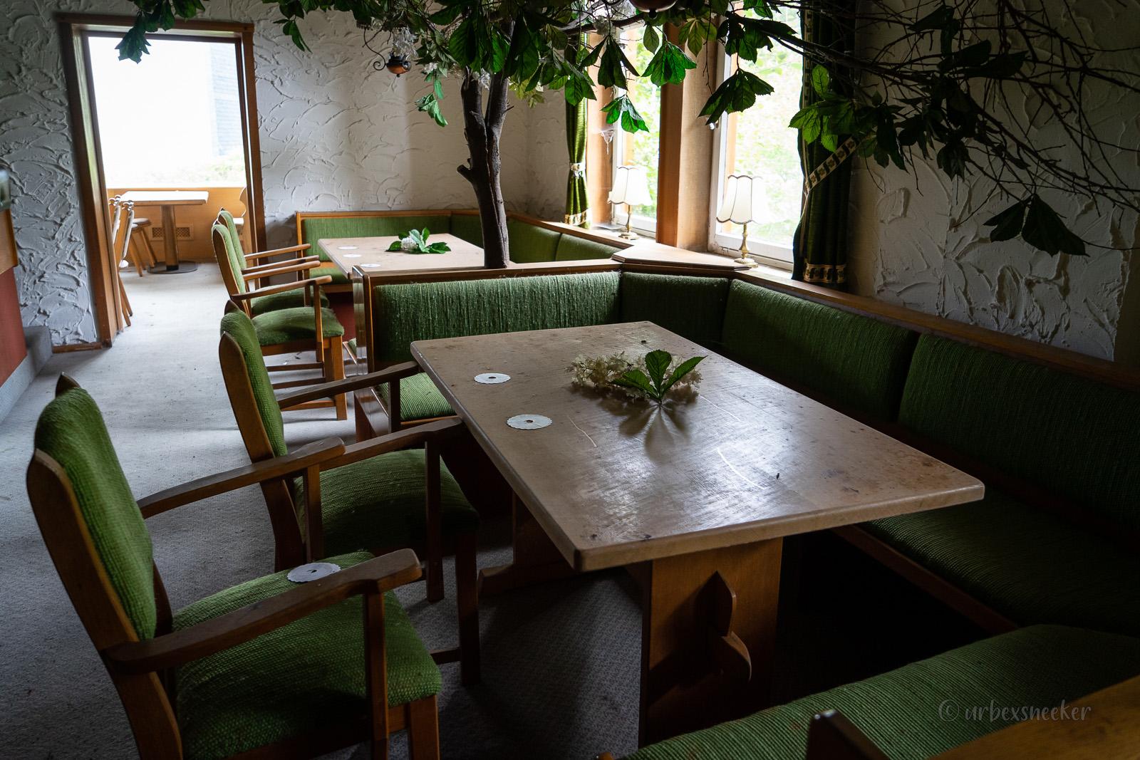 lost place harz hotel holz grüne sitzecken DSC00232