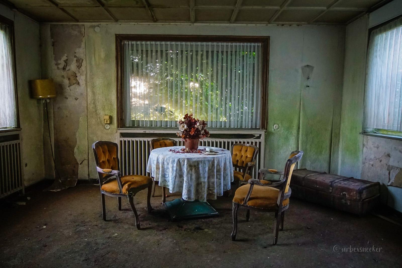 Das verlassene Budget- Hotel der gelben Stühle