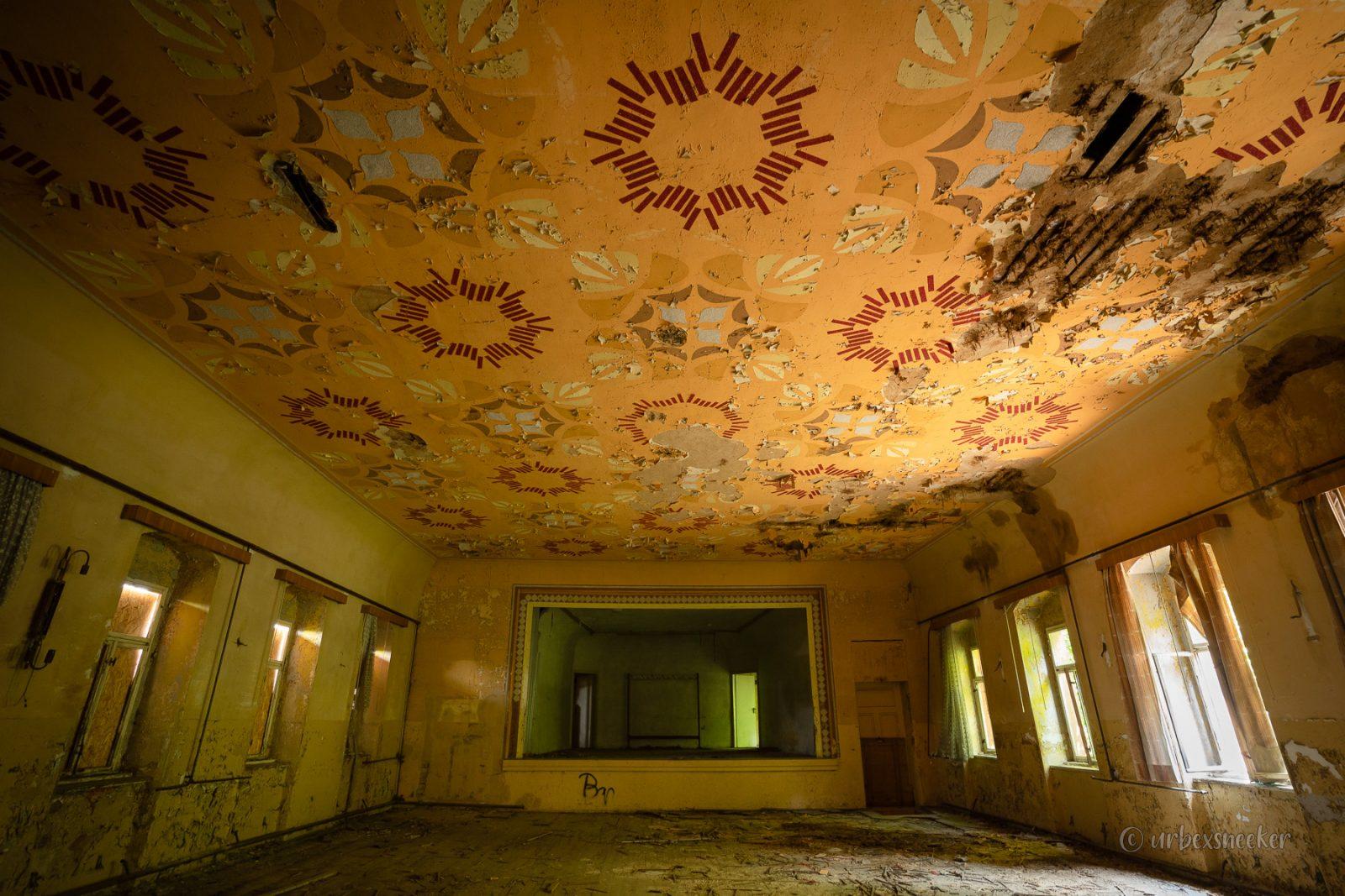 """Der verlassene Ballsaal """"Rosetten-Muster"""""""