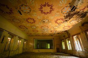 verlassenes kulturhaus ballsaal rosetten
