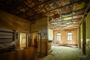 verlassenes kulturhaus gegodecke