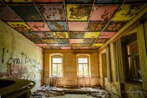 verlassenes Kulturhaus Quadratdecke