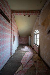 verlassenes Hotel Thale rosa Tapete