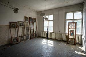 verlassenes hotel zehnpfund fensterrahmen