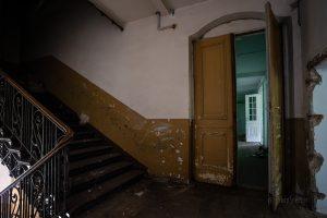 verlassenes hotel zehnpfund braune tür