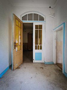 verlassenes hotel zehnpfund blaue tür